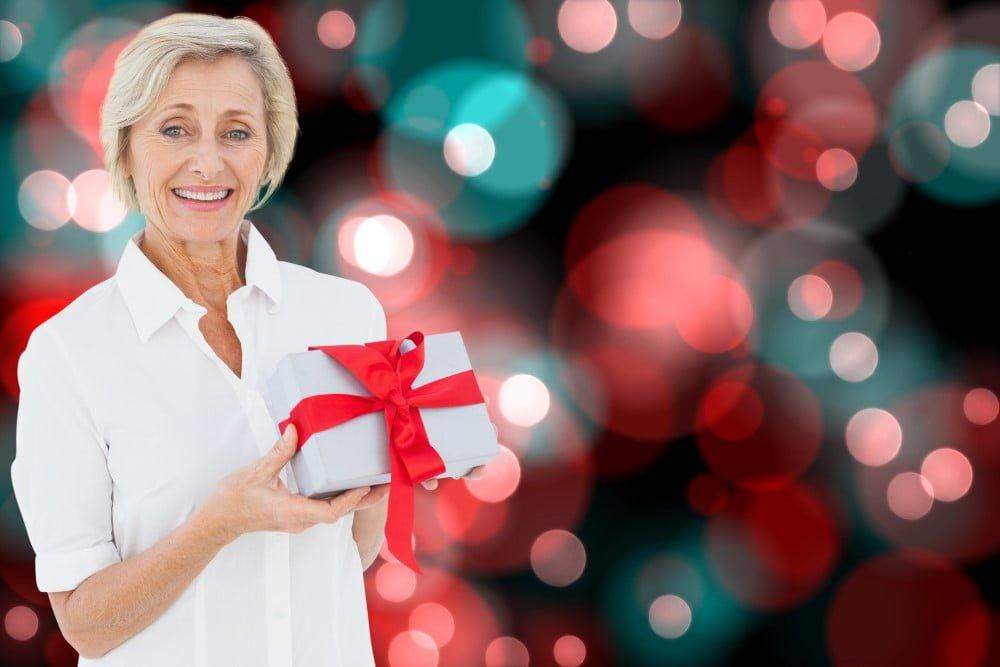 Moden kvinde med julegave